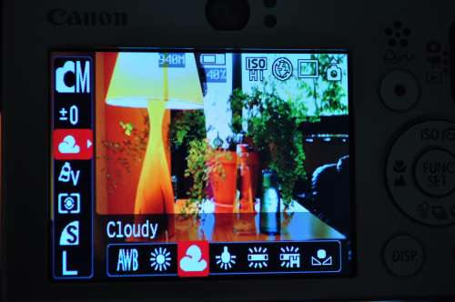 Canon SD1000 screen showing WB - you must be in Manual mode