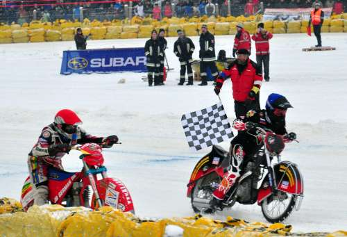 Motorcycles: photo finish at the Eisspeedway