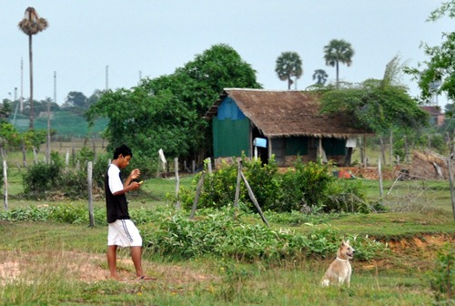 Cambodian MP3 youth avec chien